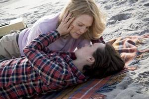 Filmstill Freeheld: Jede Liebe ist gleich, Julianne Moore und Ellen Page küssen sich am Strand