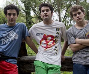 Film Still BROMANCE – COMO UNA NOVIA SIN SEXO von Lucas Santa Ana; die drei Jugendfreunde Santiago (gespielt von Marcos Ribas) , Daniel (gespielt von Javier De Pietro) und Adrian (Agustin Pardella) stehen beim Zelten im Wald am Strand nebeneinander