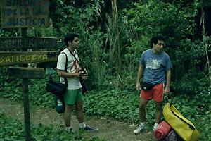 Film Still BROMANCE – COMO UNA NOVIA SIN SEXO von Lucas Santa Ana, Daniel (gespielt von Javier De Pietro) und Santiago (gespielt von Marcos Ribas) stehen mit ihren Camping-Sachen im Wald