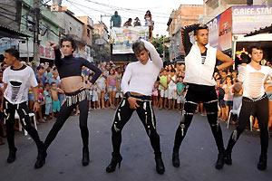 Film Still FAVELA GAY (NRW-Premiere) von Rodrigo Felha; queere Jungs tanzen auf der Straße