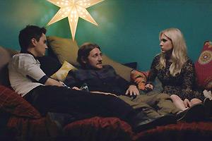 Film Still I LOVE YOU BOTH von und mit Doug Archibald; Donny (gespielt von Doug Archibald) und seine Zwillingsschwester Krystal (gespielt von Kristin Archibald) liegen zusammen auf einem Bett und in ihrer Mitte liegt Andy (gespielt von Lucas Neff) unter einer Sternenlampe