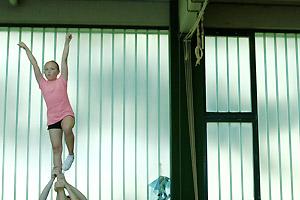 Film Still JENSEITS VON ROSA UND HELLBLAU von Marcus Gerhard Preis; die transsexuelle Sophia wird beim Cheerleader-Training emporgehoben