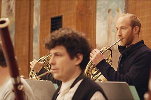 Film Still KATER - TOMCAT von Händl Klaus mit Lukas Turtur und Philipp Hochmair; Stefan (gespielt von Lukas Turtur) spielt Horn bei einer Orchester-Probe