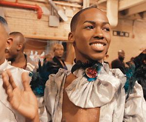 Film Still KIKI von Sara Jordenö; Gewinner eines Teddy Awards und des QueerScope-Debütfilmpreises; ein schmuck gekleideter, queerer Teilnehmer einer Ballroom Tanzveranstaltung