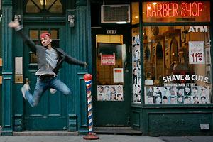 Film Still KIKI von Sara Jordenö; Gewinner eines Teddy Awards und des QueerScope-Debütfilmpreises; Protagonist Christopher Waldorf macht einen riesigen Vogue Sprung vor einem Barbershop