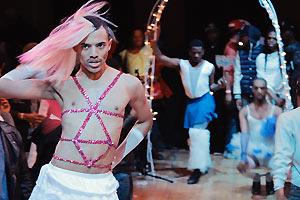 Film Still KIKI von Sara Jordenö; Gewinner eines Teddy Awards und des QueerScope-Debütfilmpreises; Protagonist Christopher Waldorf tanzt mit einem pinken Pailletten-Kostüm auf einem Kiki-Ball