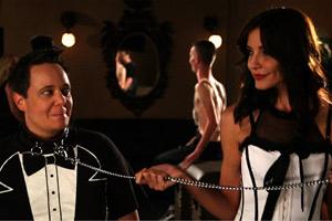Film Still S&M SALLY von Michelle Ehlen über ein lesbisches Paar, das Sado-Maso ausprobiert; Jamie (gespielt von Michelle Ehlen) wird von ihrer Freundin Jill (gespielt von Jen McPherson) wird an einer Kette durch einen Club geführt