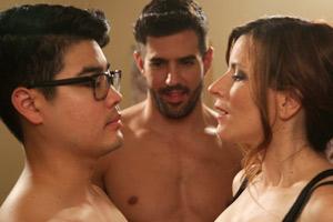 Film Still S&M SALLY von Michelle Ehlen über ein lesbisches Paar, das Sado-Maso ausprobiert, Lola (gespielt von Shaela Cook), ihr Freund David (gespielt von Scott Keiji Takeda) und ihre neue Bekanntschaft Sebastian (gespielt von Adrian Gonzalez) probieren einen Dreier