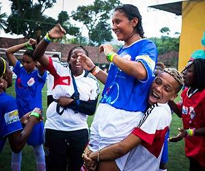 Film Still STREETKIDS UNITED II – THE GIRLS FROM RIO von Maria Clara, das Mädchenteam aus Rio de Janeiro feiert ausgelassen auf dem Spielfeld