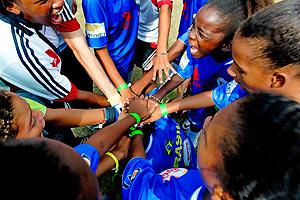 Film Still STREETKIDS UNITED II – THE GIRLS FROM RIO von Maria Clara, das Mädchenteam motiviert sich auf dem Spielfeld