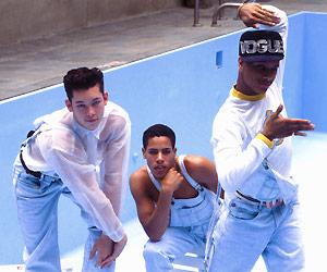 Film Still STRIKE A POSE von Ester Gould & Reijer Zwaan über die Vogue-Tänzer von Madonnas Blonde-Ambition-Tour; altes Foto von Anfang der 90er, wo drei Männer in einer Vogue-Pose in einem leeren Pool posieren