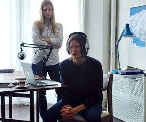 Film Still WOMEN WHO KILL von Ingrid Jungermann, Ingrid und Freundin vor Laptop und Mikro für ihre Mörder-Sendung