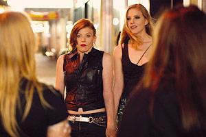 Film Still SKIN DEEP von Jon Leahy; Leah (gespielt von Zara Zoe) und Caitlin (gespielt von Monica Zanetti) treffen nachts auf der Straße auf Caitlins Ex-Freundin und ihre neue Partnerin