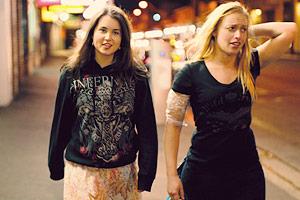 Film Still SKIN DEEP von Jon Leahy; Leah (gespielt von Zara Zoe) und Caitlin (gespielt von Monica Zanetti) irren nachts ein Straße entlang