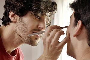 Film Still ESTEROS von Papu Curotto; Jerónimo (gespielt von Esteban Masturini) schminkt Matías (gespielt von Ignacio Rogers) für eine Kostümparty