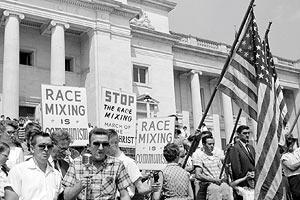 Film Still I AM NOT YOUR NEGRO von Raoul Peck und James Baldwin, erzählt von Samuel L. Jackson; Demonstration weißer Männer für den Erhalt der Rassentrennung