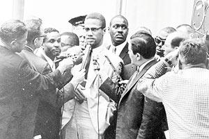 Film Still I AM NOT YOUR NEGRO von Raoul Peck und James Baldwin, erzählt von Samuel L. Jackson; der afro-amerikanische Menschenrechts-Aktivist Malcolm X spricht vor einer Meute Reporter