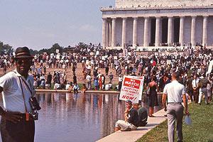 Film Still I AM NOT YOUR NEGRO von Raoul Peck und James Baldwin, erzählt von Samuel L. Jackson; Demonstration für allgemeine Menschenrechte in Washington D.C.