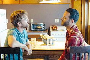 Film Still AUF DEN ZWEITEN BLICK – LAZY EYE von Tim Kirkman; Dean (gespielt von Lucas Near-Verbrugghe) und Alex (gespielt von Aaron Costa Ganis) sitzen sich an der Küchen-Theke gegenüber