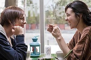 Film Still TAKE ME FOR A RIDE – UIO: SÁCAME A PASEAR von Micaela Rueda; Schülerin Sara (gespielt von Samanta Caicedo) und Klassenkameradin Andrea (gespielt von María Juliana Rángel) geben sich kämpferisch bei einem Kaffee