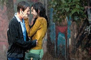 Film Still TAKE ME FOR A RIDE – UIO: SÁCAME A PASEAR von Micaela Rueda; Schülerin Sara (gespielt von Samanta Caicedo) und Klassenkameradin Andrea (gespielt von Maria Juliana Rangel) küssen sich im Regen