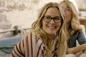 Film Still CATFIGHT von Onur Tukel; mit Sandra Oh, Anne Heche, Tituss Burgess und Catherine Curtin; Lisa (gespielt von Alicia Silverstone) lacht