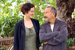 Film Still THE BOOK OF GABRIELLE von Lisa Gornick; die bisexuelle Gabrielle (gespielt von Lisa Gornick) und Autor Saul (gespielt von Allan Corduner) stehen in einem Garten nebeneinander
