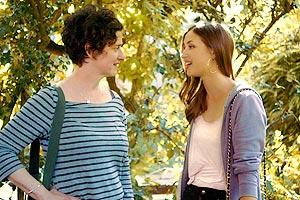 Film Still THE BOOK OF GABRIELLE von Lisa Gornick; die homosexuelle Gabrielle (gespielt von Lisa Gornick) und ihre Freundin Olivia (gespielt von Anna Koval) stehen zusammen im Grünen