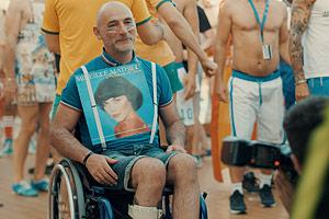 Film Still DREAM BOAT von Tristan Ferland Milewski; Berlinale-Dokumentarfilm über eine schwule Kreuzfahrt; der Franzose Philippe tanzt im Rollstuhl mit einem Vinyl-Album von Mireille Mathieu