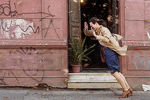 Film Still EINE FANTASTISCHE FRAU – UNA MUJER FANTASTICA von Sebastián Lelio; Gewinner des Silbernen Bären für bestes Drehbuch und des Teddy Awards als bester queerer Spielfilm der Berlinale 2017; Marina Vidal (gespielt von Daniela Vega) lehnt sich auf der Straße in den Wind
