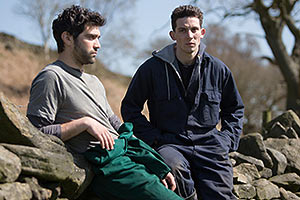 Film Still GOD'S OWN COUNTRY von Francis Lee; Sundance und Berlinale 2017; Johnny (gespielt von Josh O'Connor) und Gheorghe (gespielt von Alec Secareanu) machen eine Pause an einer alten Steinmauer