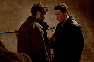 Film Still GOD'S OWN COUNTRY von Francis Lee; Sundance und Berlinale 2017; Johnny (gespielt von Josh O'Connor) und Gheorghe (gespielt von Alec Secareanu) kommen sich im dunklen Stall körperlich nahe
