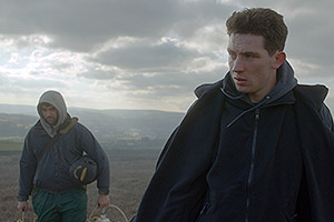 Film Still GOD'S OWN COUNTRY von Francis Lee; Sundance und Berlinale 2017; Johnny (gespielt von Josh O'Connor) und Gheorghe (gespielt von Alec Secareanu) gehen durch Nebel auf die Kamera zu