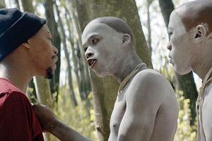 Film Still DIE WUNDE - THE WOUND - INXEBA von Regisseur John Trengove; der 17-jährige Kwanda (gespielt von Niza Jay Ncoyini) argumentiert mit Xolani (gespielt von Nakhane Touré)