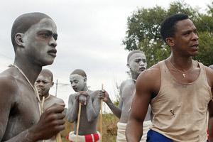 Film Still DIE WUNDE - THE WOUND - INXEBA von Regisseur John Trengove; der 17-jährige Kwanda (gespielt von Niza Jay Ncoyini) steht mit Vija (gespielt von Bongile Mantsai) und anderen Xhosas zusammen