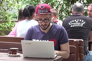 Javid Nabiyev, Protagonist im Dokumentarfilm HOMØE: AUF DER SUCHE NACH GEBORGENHEIT - LOOKING FOR SHELTER von Regisseur Bin Chen