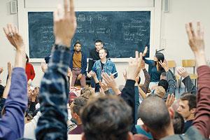 Film Still 120 BPM / Beats Per Minute / 120 battements par minute von Robin Campillo mit Nahuel Pérez Biscayart, Arnaud Valois, Adèle Haenel; Nathan (gespielt von Valois) marschiert mit Trillerpfeife, einem Wut-gleich-Aktion-Schild und Schweigen-gleich-Tod-T-Shirt in einer Demonastration mit