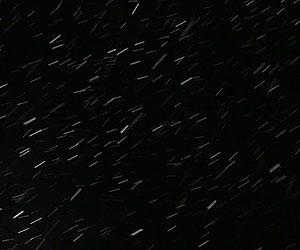 Film Still MARA MARA von David Aguilar Iñigo; Schnee fällt in der Dunkelheit