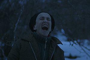 Film Still MARA MARA von David Aguilar Iñigo; eine Frau schreit stumm im verschneiten Wald