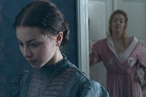 Film Still DEMIMONDE – FÉLVILÁG von Attila Szász; Mágnás Elza (gespielt von Patricia Kovács) steht nonchalant am Türrahmen gelehnt hinter ihrer Haushilfe Szebeni Kató (gespielt von Laura Döbrösi)