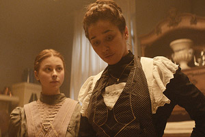 Film Still DEMIMONDE – FÉLVILÁG von Attila Szász; Mágnás Elza (gespielt von Patricia Kovács) steht mit Zigarettenspitze vor ihrer Haushilfe Szebeni Kató (gespielt von Laura Döbrösi)