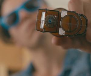 Film Still HOOKED, Debütfilm von Youtuber und Instagram-Star Max Emerson alias Maxisms mit Conor Donnally, Sean Ormond, Terrance Murphy, Steve Hayes, Jared Sandler und Casper Andreas; der obdachlose Stricher Jack (gespielt von Conor Donnally) hat eine Sonnenbrille mit blauem Rand auf und zielt mit einer Plastikpistole in die Kamera