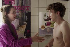 Film Still Webserie LAMPENFIEBER von Regisseurin Anna F. Kohlschütter über LGBT-Jugendliche in Köln; Nils Hohenhövel und Anja S. Gläser stehen sich gegenüber