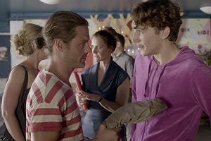 Film Still Webserie LAMPENFIEBER von Regisseurin Anna F. Kohlschütter über LGBT-Jugendliche in Köln; Philipp (gespielt von Nils Hohenhövel) und der Ex-Verbotene-Liebe-Star Sebastian Schlemmer stehen sich gegenüber