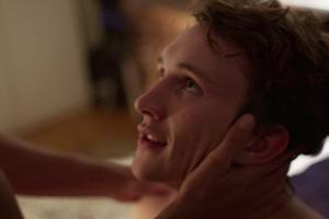 Film Still Webserie LAMPENFIEBER von Regisseurin Anna F. Kohlschütter über LGBT-Jugendliche in Köln; Philipp (gespielt von Nils Hohenhövel) kniet vor einem Mann, der seinen Kopf mit beiden Händen berührt
