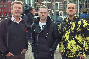 Film Still PrEP&ME von Tim Dekkers; die drei Teilnehmer einer Teststudie des neuen HIV-Vorsorgemedikaments PrEP stehen am Homomonument in Amsterdam