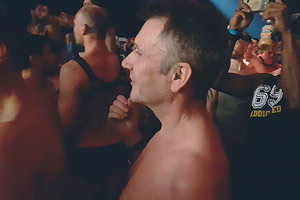 Film Still PrEP&ME von Tim Dekkers; Herman, der älteste Teilnehmer einer Teststudie des neuen HIV-Vorsorgemedikaments PrEP, feiert mit freien Oberkörper in einer Disco