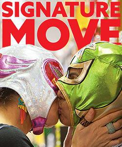 Film Still Poster SIGNATURE MOVE von Jennifer Reeder; Zaynab (gespielt von Fawzia Mirza) und Alma (gespielt von Sari Sanchez) küssen sich zwischen Supermarktregalen mit bunten Wrestling-Masken über den Köpfen