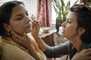 Film Still SIGNATURE MOVE von Jennifer Reeder; Zaynab (gespielt von Fawzia Mirza) zupft ihrer Mutter Parveen (gespielt von Shabana Azmi) ein paar Gesichtshaare mit einer Pinzette heraus