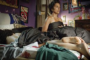 Film Still SIGNATURE MOVE von Jennifer Reeder; Zaynab (gespielt von Fawzia Mirza) sitzt kerzengerade im Bett von Alma (gespielt von Sari Sanchez), die sie eigentlich gerade erst kennen gelernt hat